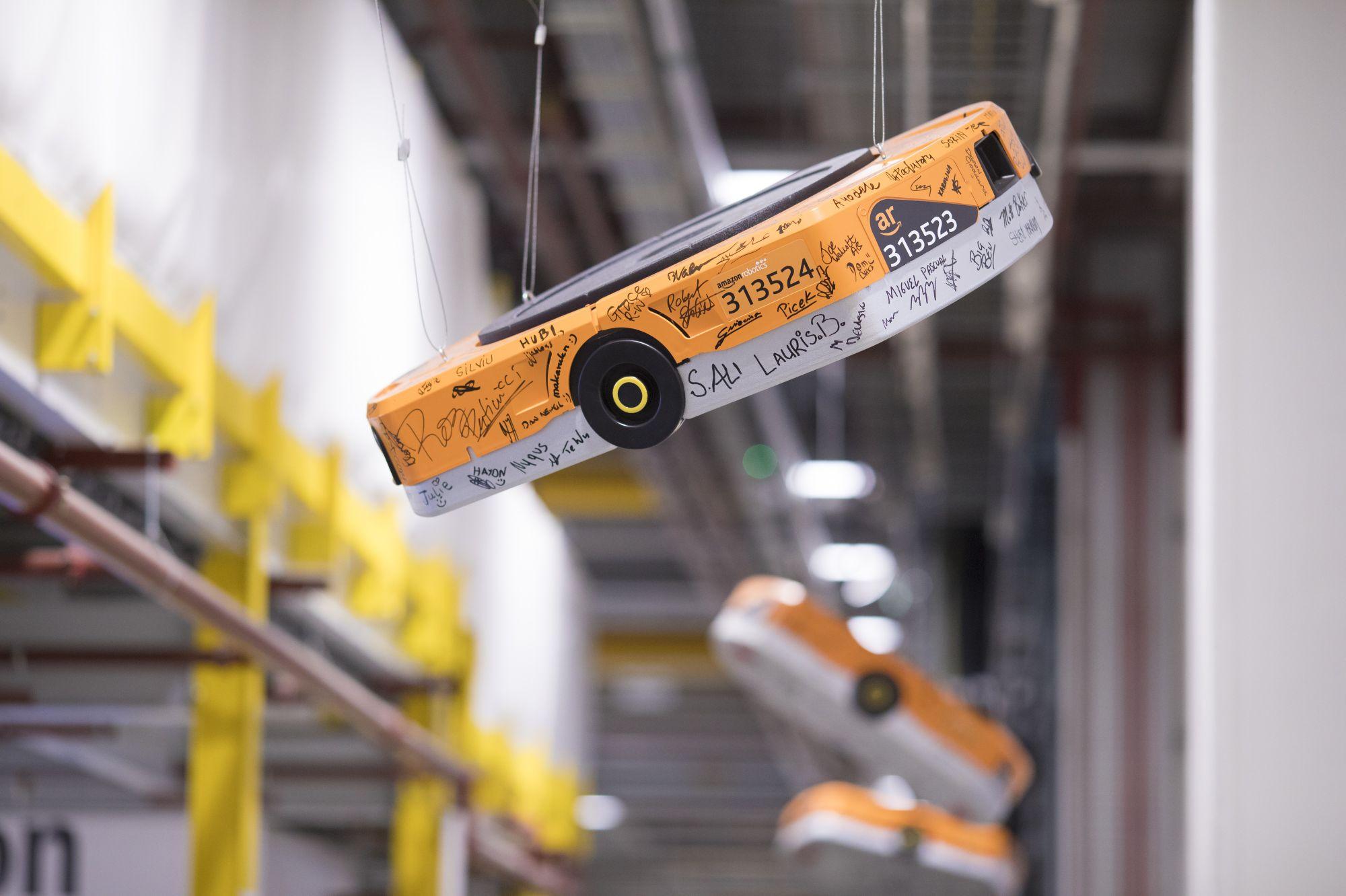 Не все маркетплейсы «бестелесны». Amazon, кпримеру, выстраивает собственную торговую инфраструктуру смаксимальной степенью автоматизации, включая доставку дронами ироботизированные склады.