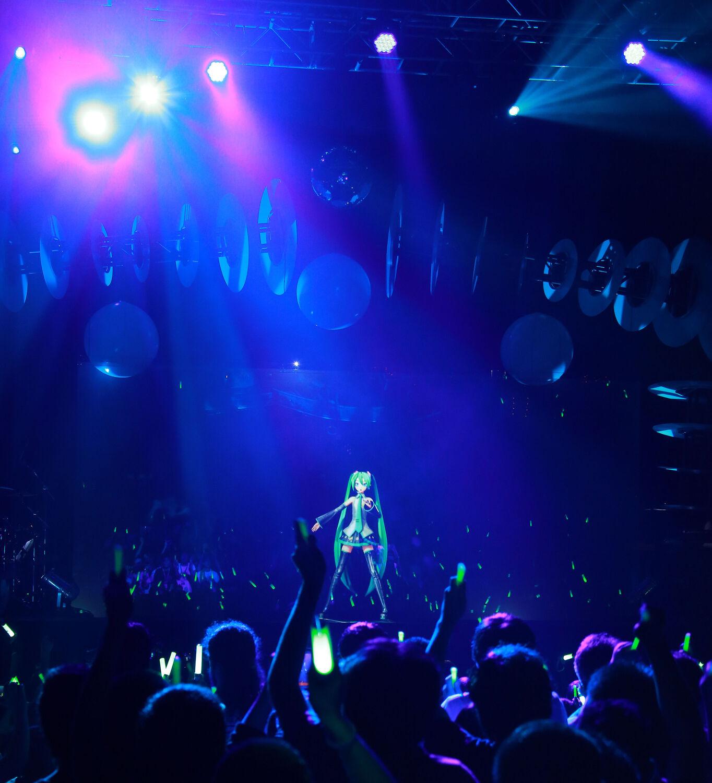 Мику Хацуне. Пионер виртуализации, японская поп-дива, появившаяся на свет в2007 году. Официальный канал на ютубе имеет 1,3 миллиона подписчиков, но есть идесятки фанатских каналов, апотому точное число поклонников установить невозможно