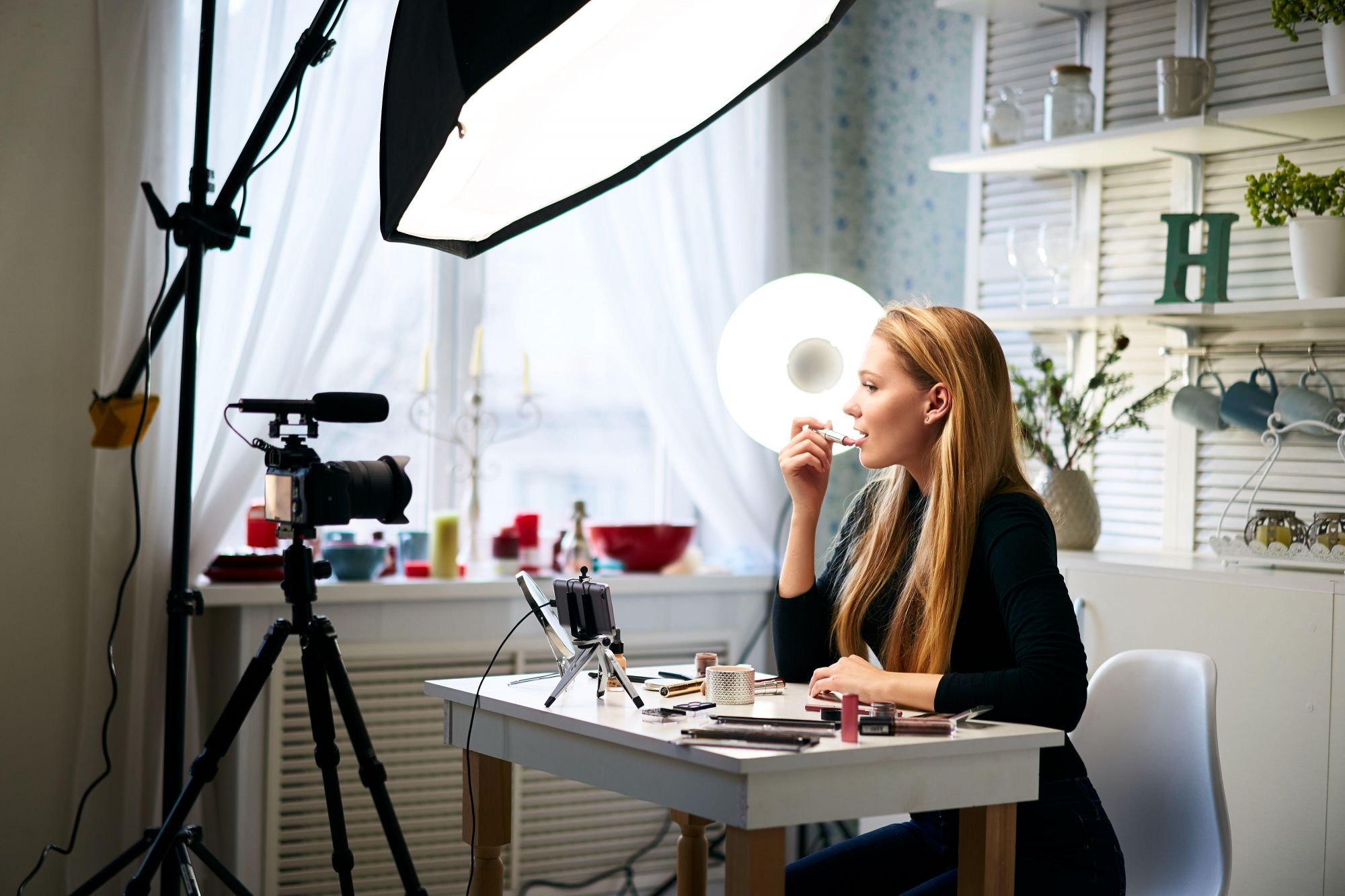 Домашняя студия для стриминга. Бьюти-блогер ведет мастер-класс о применении косметических средств