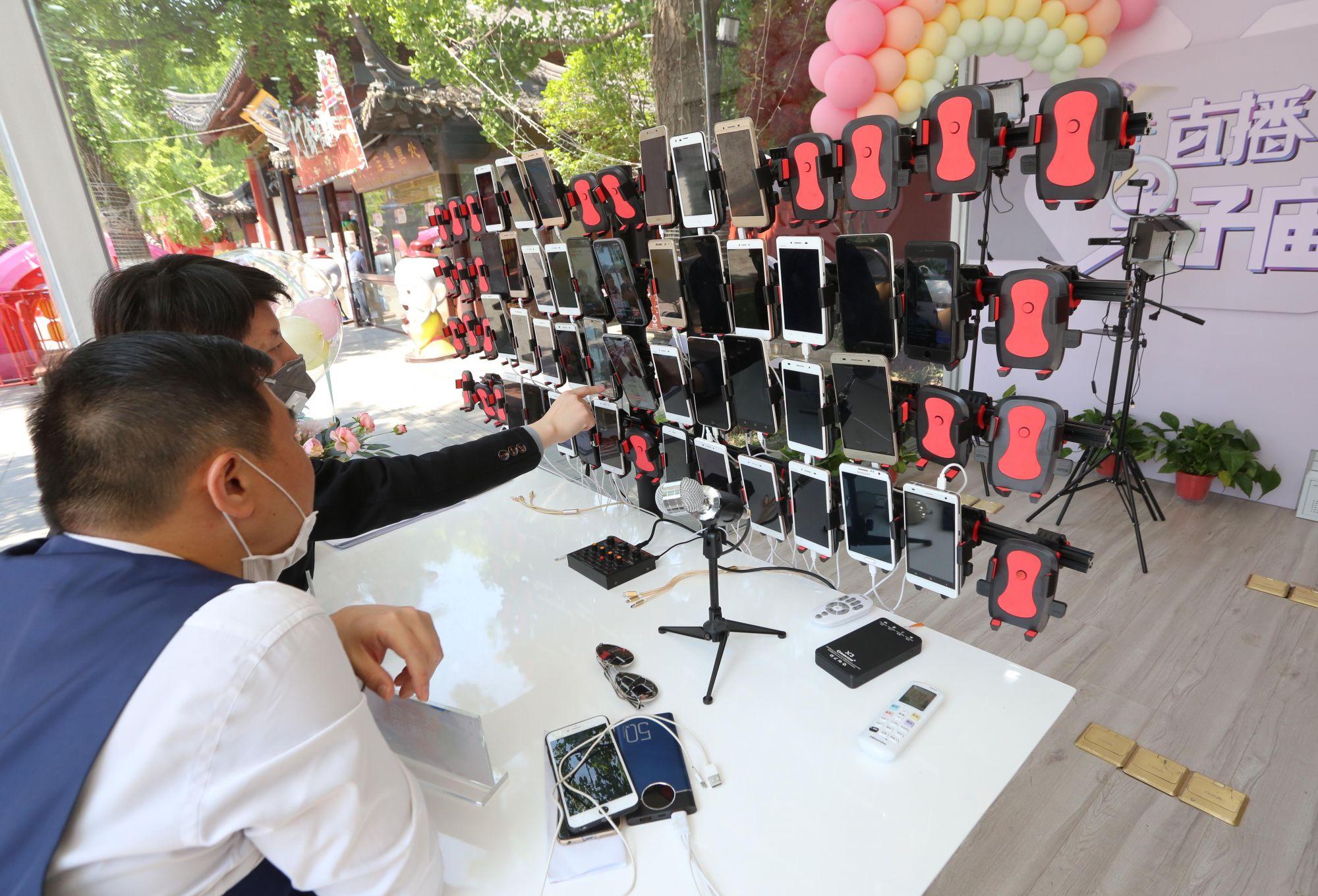 Специалисты настраивают трансляцию в стеклянном павильоне у конфуцианского храма в Нанкине, Китай