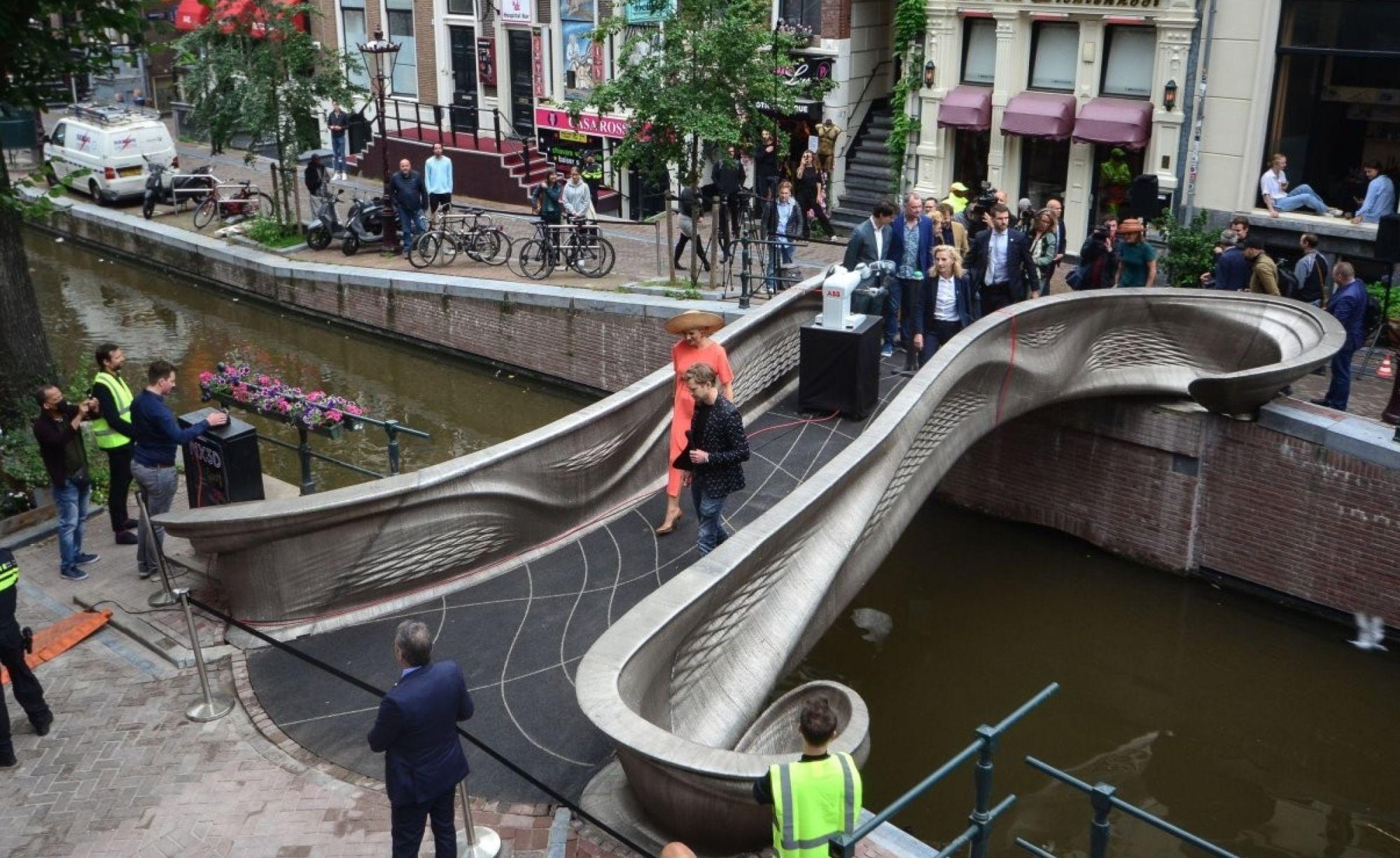 В Амстердаме открыли напечатанный на принтере мост