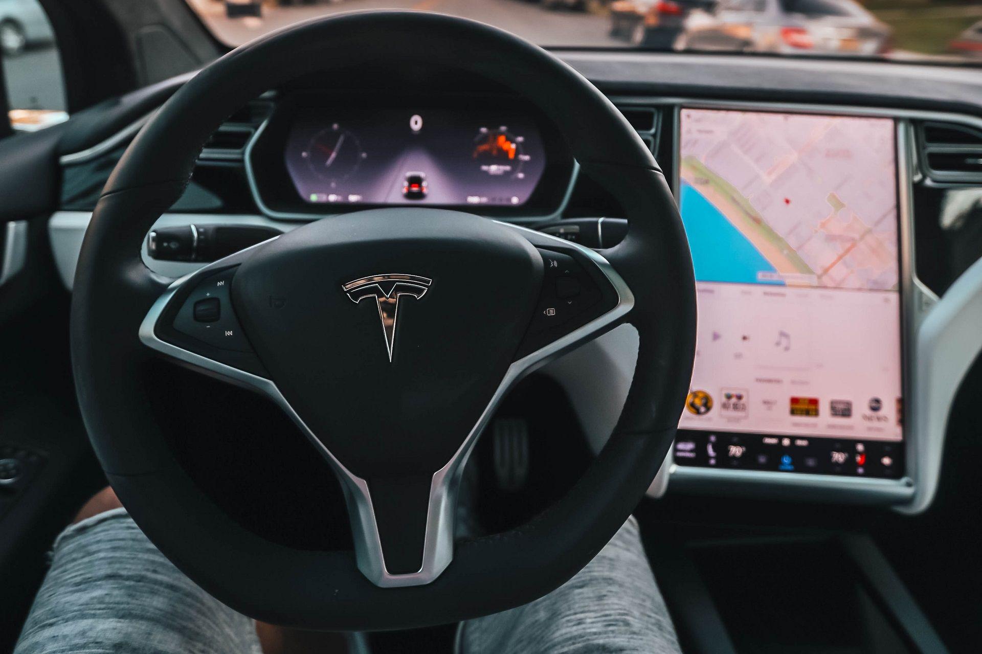 <i>Tesla </i>запустила подписку на автопилот