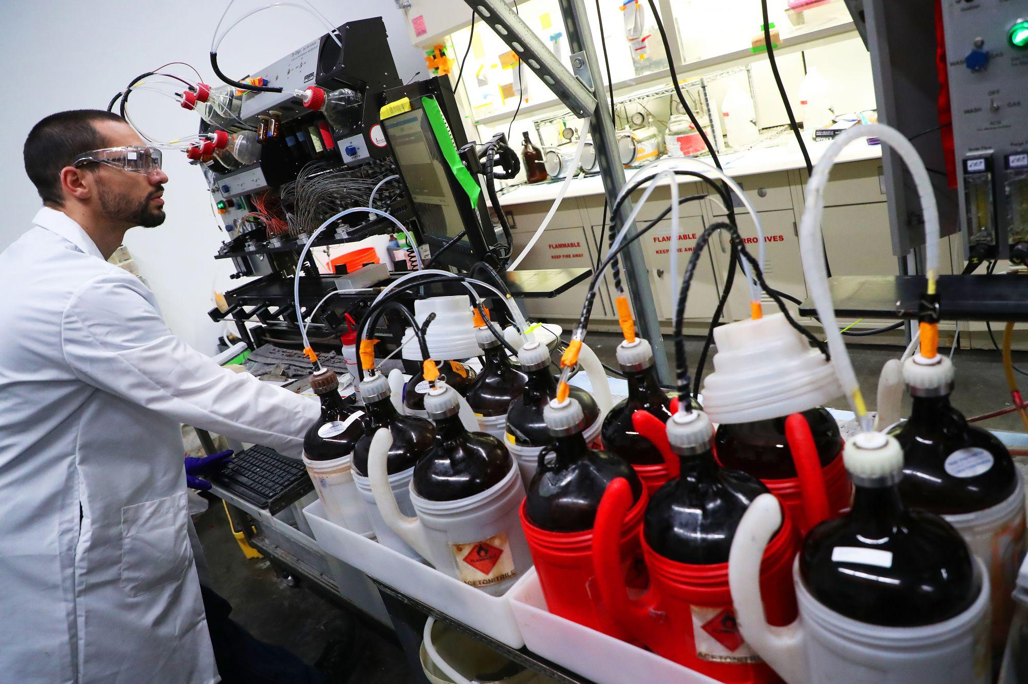 Синтез ДНК. Специалист лаборатории ATUM работает с ДНК-синтезатором. Компания производит цепочки ДНК на заказ