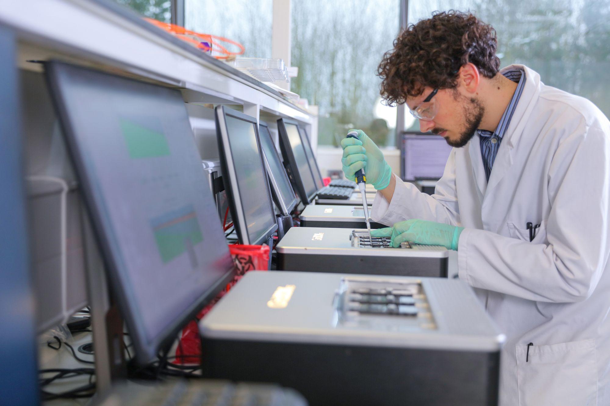 Быстрый синтез. Экспериментальный синтезатор стартапа Catalog внешне напоминает обычный лабораторный аппарат, но работает намного быстрее. Машина собирает цепочки ДНК из множества заранее скомбинированных фрагментов, а не из отдельных нуклеотидов