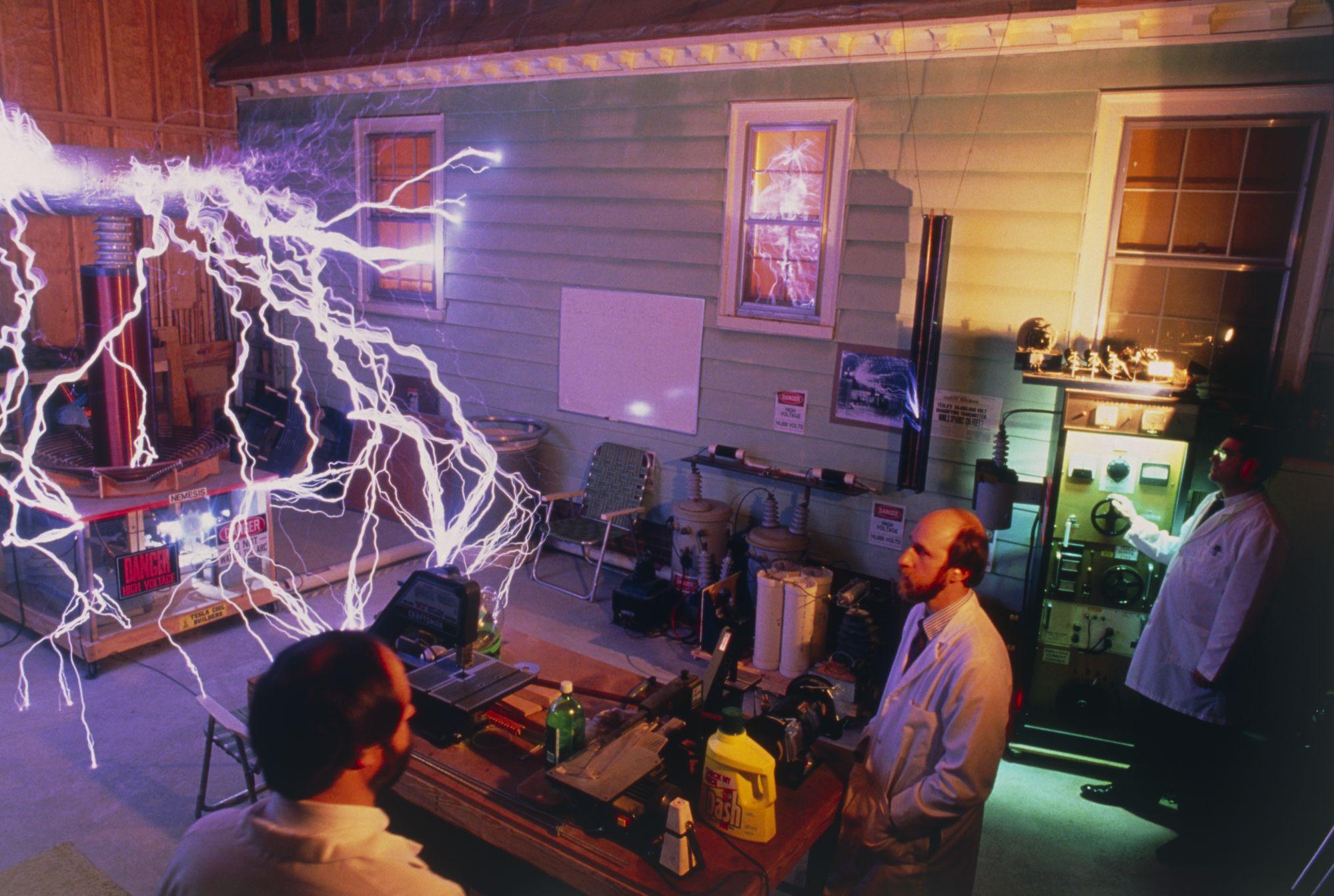 В XXI веке труды Николы Теслы используют в индустрии развлечений. Во всем мире популярно «Тесла-шоу» — представление, которое сопровождается эффектными разрядами электрического тока ввоздухе