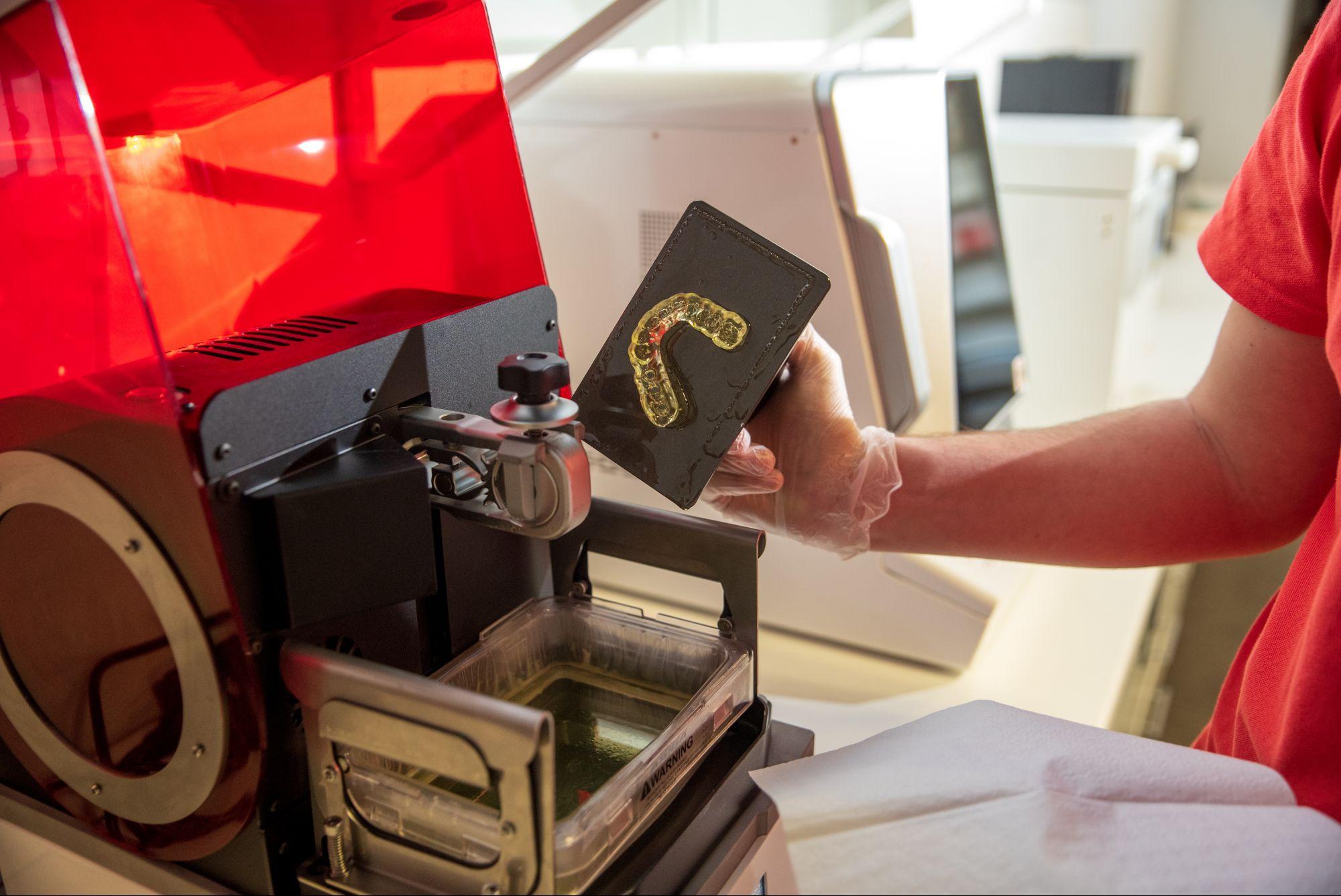 Полимерный сплинт для коррекции прикуса фрезеруется на станке и примеряется на копию зубного ряда, напечатанную на 3D-принтере