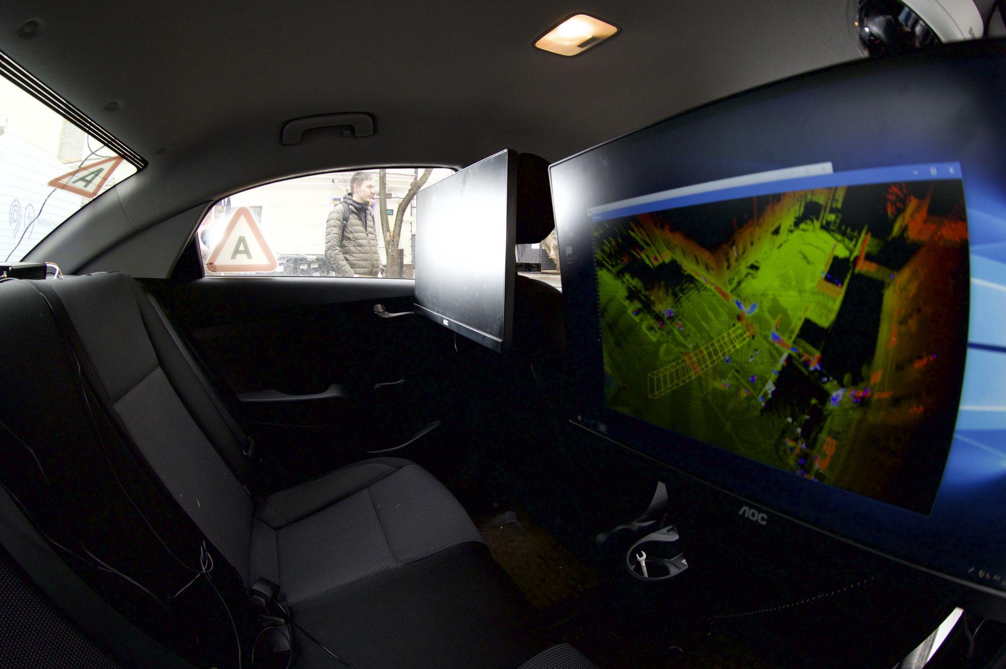 На экране сочетание цифровой модели дороги и «радарного зрения». Таким видит мир беспилотник