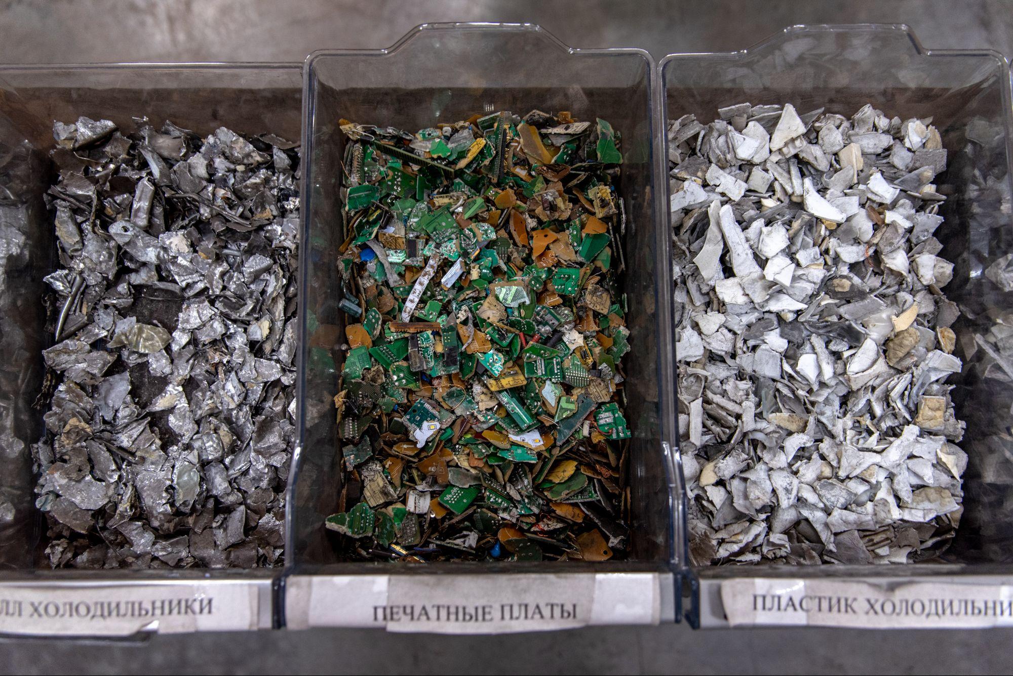 Ценные металлы из печатных плат извлекают на специализированном заводе