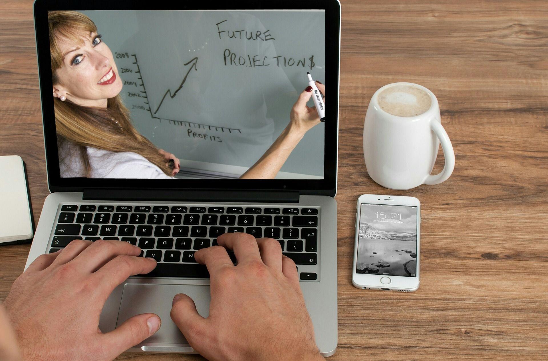 Женщинычаще учатся онлайн