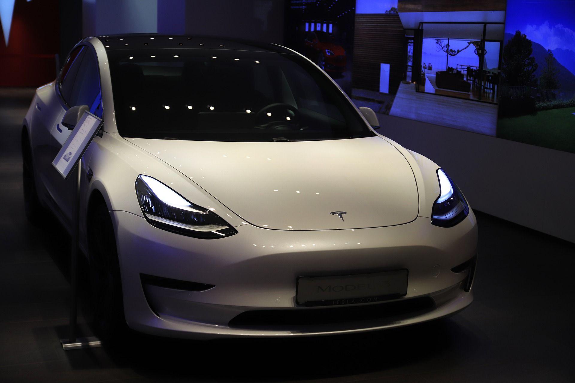 Американские власти назвали автопилот <i>Tesla </i>безответственным